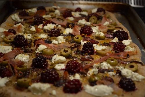 blackberry pizza cooked_4147.JPG