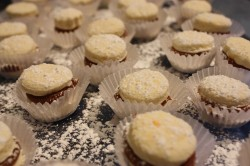 alfajores dusted